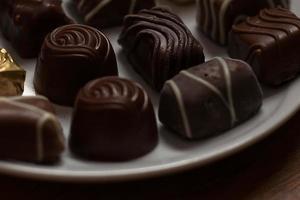 cioccolatini sul piatto bianco