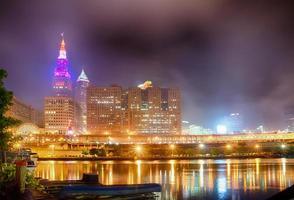 Cleveland. immagine di cleveland downtown di notte foto