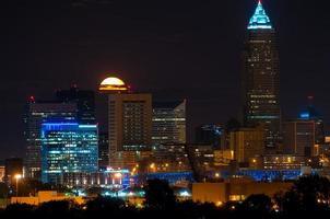 sorgere della luna dietro Cleveland foto