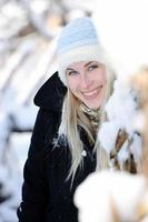 candido ritratto di giovane donna inverno foto