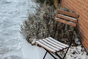 sedia con neve inverno foto