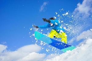 giovane uomo sullo snowboard foto