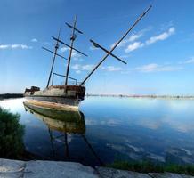 barca a vela abbandonata in un lago, porto della Giordania, lago ontario, ontar foto