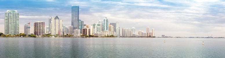 Panorama dell'orizzonte di Miami dalla baia di Biscayne foto