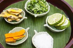 ingrediente a base di erbe per massaggio termale foto