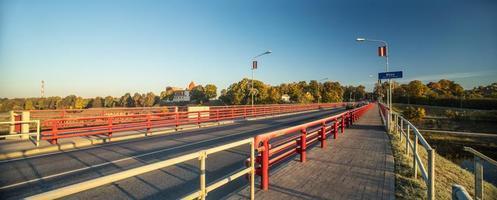 ponte attraverso il fiume musa a bauska. foto