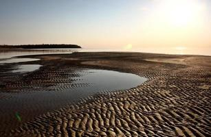 appartamenti di sabbia lungo la riva del lago Winnipeg foto