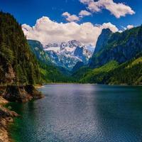 lago tra le montagne