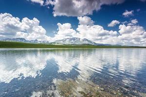 riflessione del lago di montagna foto