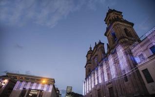 notte della facciata della cattedrale di Bogotà