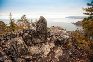 costa rocciosa del lago baikal.