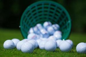 secchio di palline da golf foto