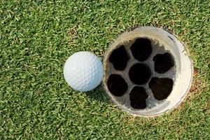pallina da golf sul foro del labbro foto