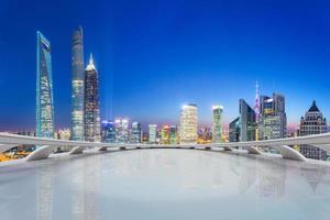 ufficio futuristico con skyline moderno