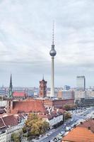 Torre della televisione e Rotes Rathaus (municipio rosso) a Berlino foto