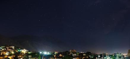 Vista notturna della montagna di avila a caracas, venezuela foto