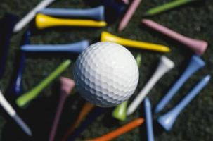 pallina da golf su erba verde