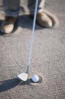 pallina da golf sulla sabbia foto