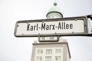 Karl Marx allee cartello stradale, Berlino foto