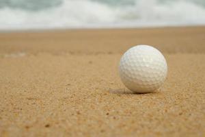pallina da golf nella trappola di sabbia - immagine di riserva foto