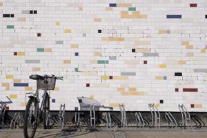 bicicletta nella parte anteriore di un muro di pietra foto