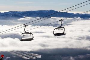ferrovia a valle nuvolosa foto