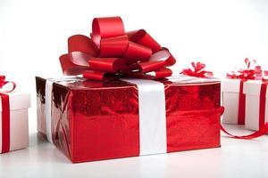 una confezione regalo rossa scatole regalo bianche su grigio foto