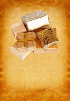 confezione regalo in carta da regalo oro su sfondo di cartone vintage foto