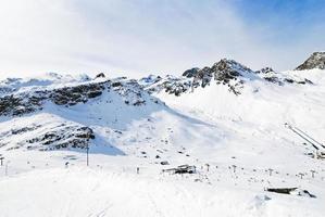 le montagne si avvicinano ai tighnes della città in paradiski, Francia foto