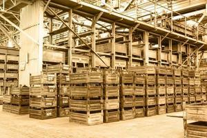 grande ripostiglio con scatole di metallo