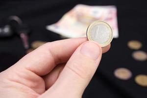 equipaggia la mano che tiene soldi foto