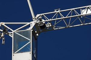 primo piano della gru contro cielo blu foto