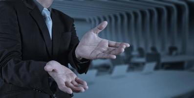 uomo d'affari con una mano aperta come mostrando qualcosa foto
