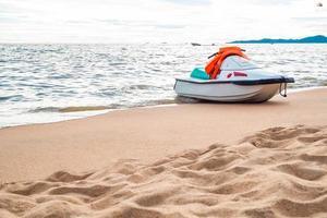 jet ski sulla spiaggia foto