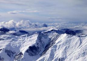 montagne di inverno nella nebbia al giorno ventoso foto