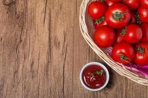 ciotola di salsa di pomodoro ketchup e pomodori foto