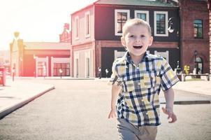 il bambino felice sta correndo foto