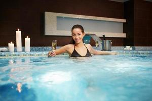 Ritratto di bella donna nella vasca idromassaggio foto