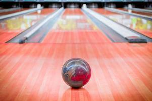 palla marrone sulla pista da bowling. foto