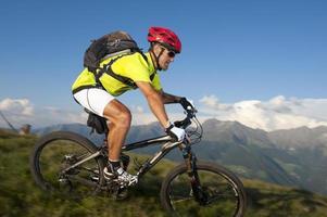 mountain bike offuscata in discesa foto