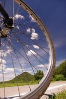 ruota di bicicletta su una pista ciclabile foto