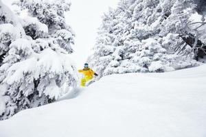 uomo in snowboard fuoripista foto