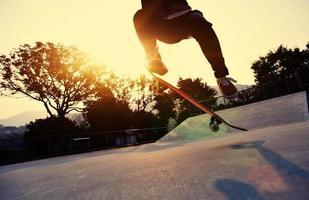 lo skateboarder salta allo skatepark foto