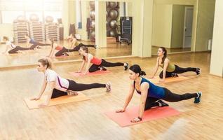 gruppo di donne che fanno aerobica step foto