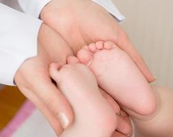 dottore che massaggia bambino foto