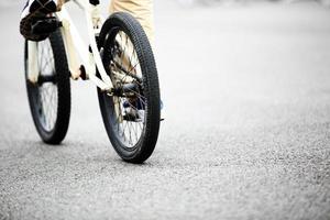 in bicicletta su strada foto