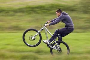 motociclista in movimento foto