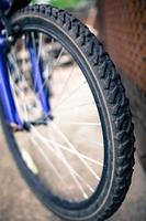 ruota sport bicicletta fotografata con profondità di campo. foto