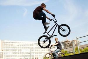 bmx bicycler sopra la rampa foto