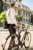 uomo d'affari con la bicicletta foto